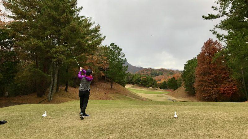 GEN-TENゴルフコースレッスン千刈CCハーフラウンド16番ホールティショットの写真