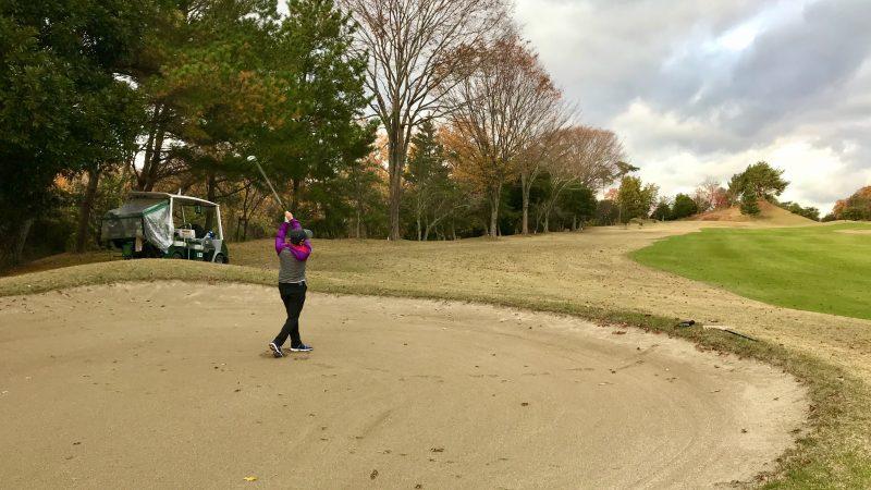 GEN-TENゴルフコースレッスン千刈CCハーフラウンドクロスバンカーショットの写真