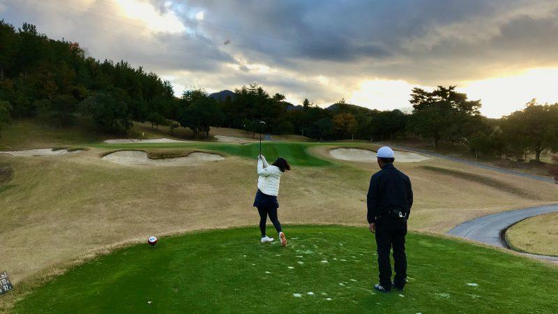 GEN-TENゴルフコースレッスン六甲CCコースレッスン13番ティショットの写真