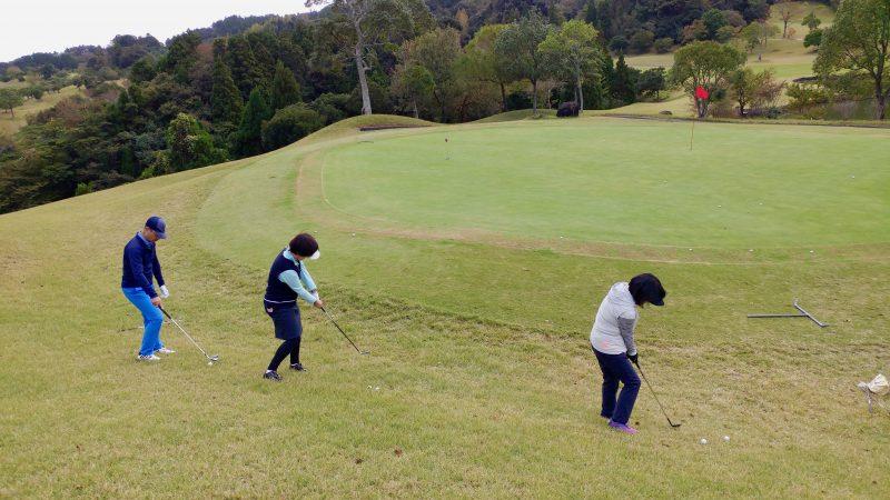 GEN-TENゴルフコースレッスン傾斜左足下がりからの練習後方からの写真