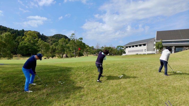 GEN-TENゴルフコースレッスン傾斜左足上がりからの練習後方からの写真