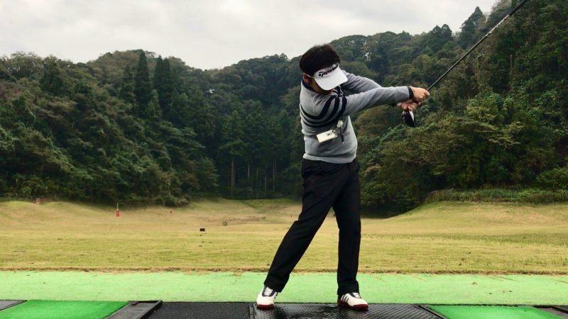GEN-TENゴルフコースレッスン素振りフォローの写真