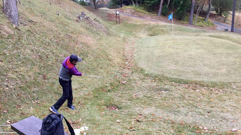 GEN-TENゴルフコースレッスン千刈CCアプローチレッスン左足下がりの写真