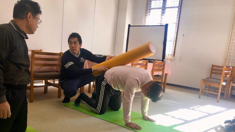 GEN-TENゴルフコースレッスン前傾姿勢腰椎のストレッチの写真