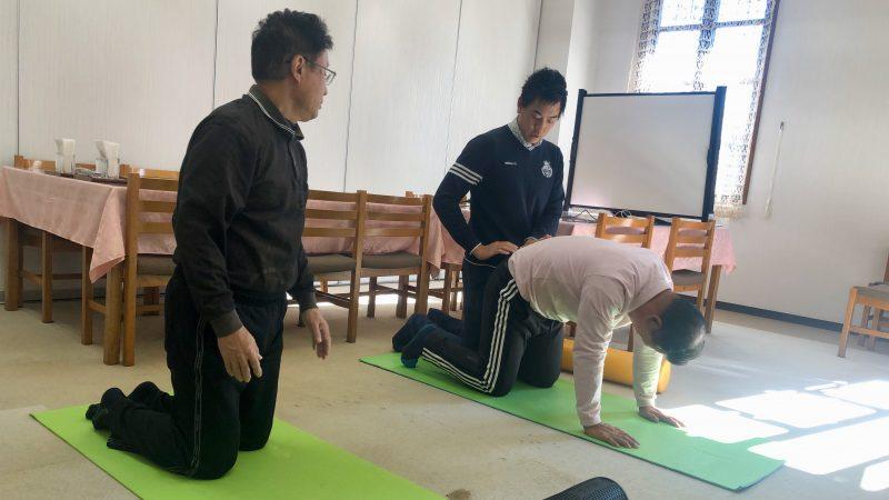 GEN-TENゴルフコースレッスン前傾姿勢腰椎のストレッチの写真②