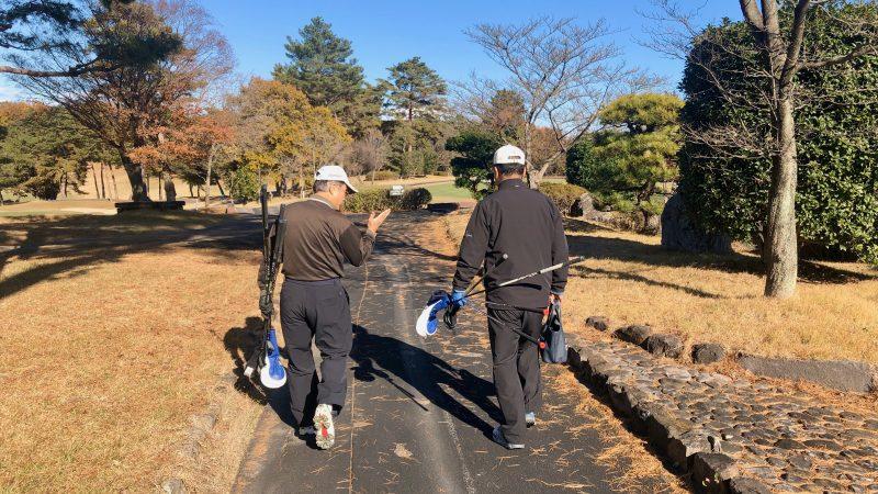 GEN-TENゴルフコースレッスン前傾姿勢レンジに移動の写真