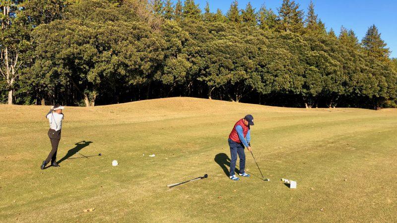 GEN-TENゴルフコースレッスン飯能パークCC定点練習フェアウェイアイアンショット後方からの写真
