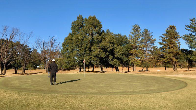 GEN-TENゴルフコースレッスン前傾姿勢コースレッスンラウンドグリーンの写真