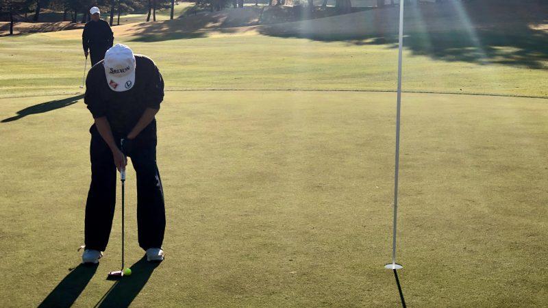 GEN-TENゴルフコースレッスン前傾姿勢コースレッスンラウンドパットの写真