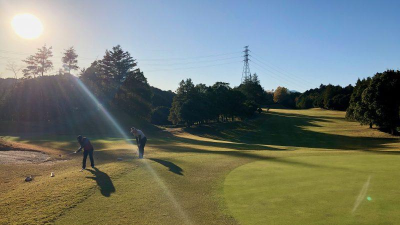 GEN-TENゴルフコースレッスン飯能パークCC定点練習左足上がりからのアプローチの写真