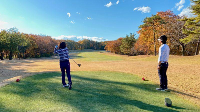 GEN-TENゴルフコースレッスンリラックスラウンドティショットの写真