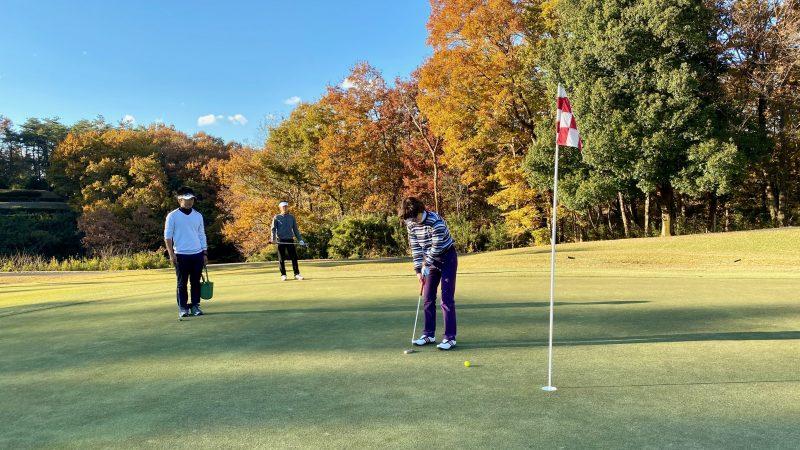 GEN-TENゴルフコースレッスンリラックスラウンドパッティングの写真