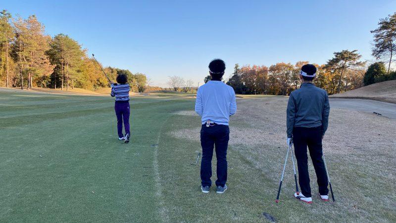 GEN-TENゴルフコースレッスンリラックスラウンドアイアンショットの写真