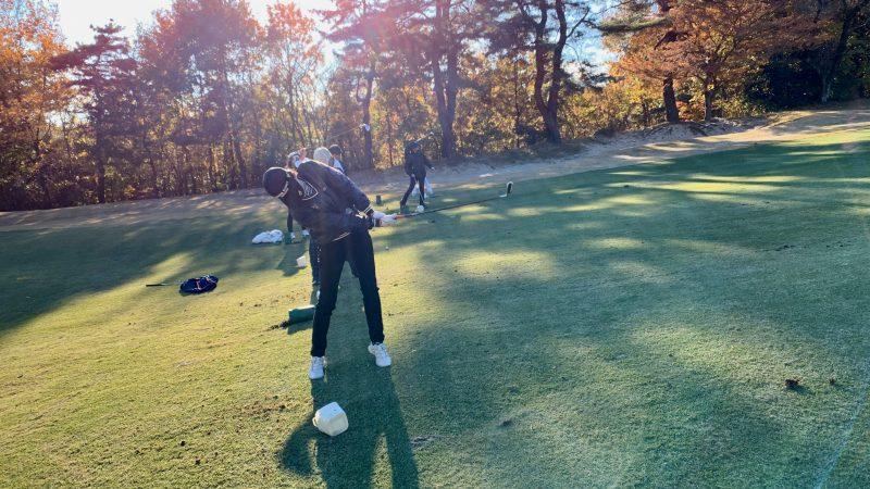 GEN-TENゴルフコースレッスン高坂CC定点練習左足上がりアイアンショットの写真