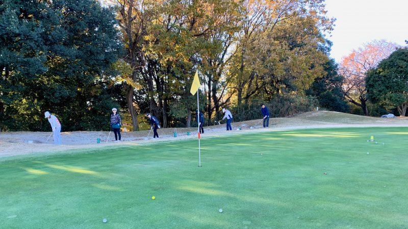 GEN-TENゴルフコースレッスン高坂CC定点練習グリーン周りアプローチショット前方からの写真