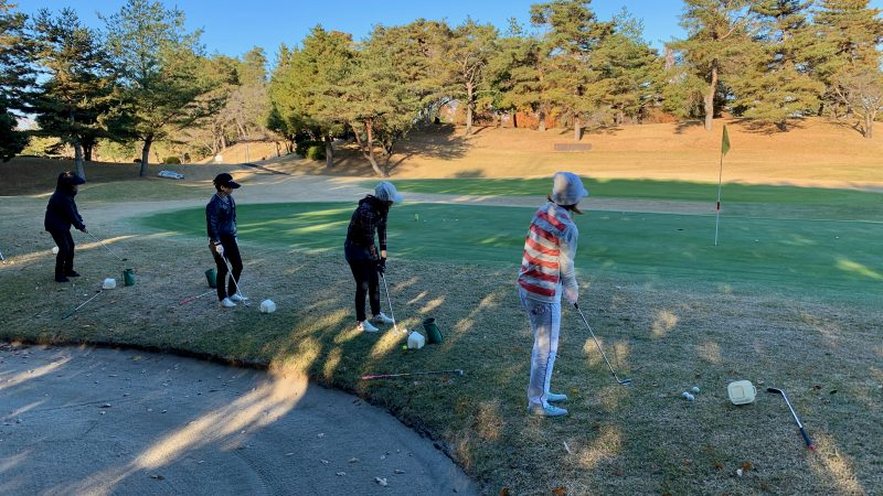 GEN-TENゴルフコースレッスン高坂CC定点練習グリーン周りアプローチショット後方からの写真