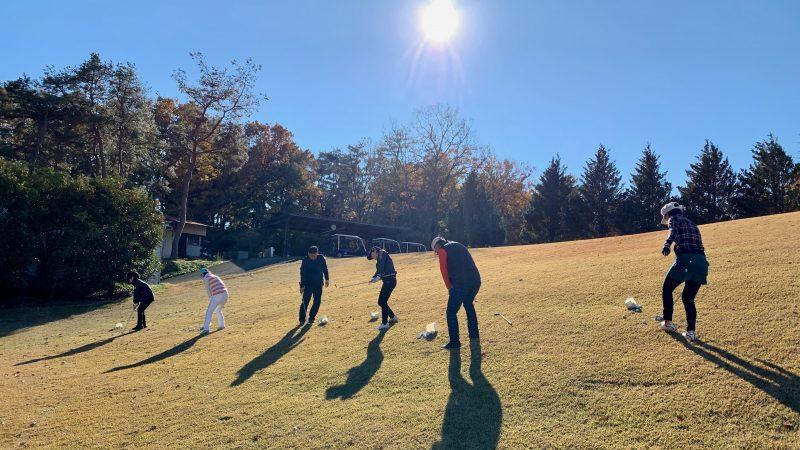GEN-TENゴルフコースレッスン高坂CCアプローチ練習場左足下がりアプローチの写真
