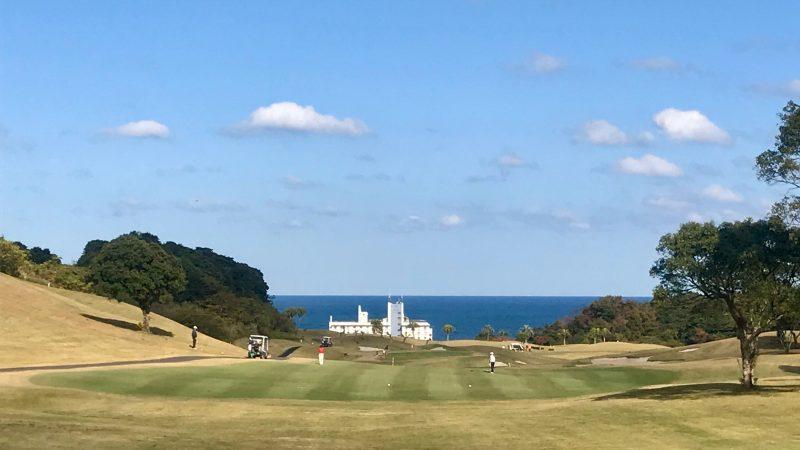 GEN-TENゴルフコースレッスン宮崎強化合宿青島GCフェアウェイと海の写真