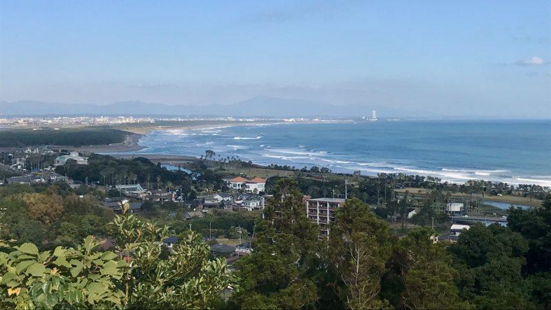 GEN-TENゴルフコースレッスン宮崎強化合宿青島GCから見た街と海の写真