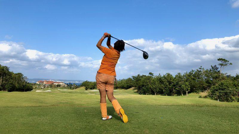 GEN-TENゴルフコースレッスン沖縄キャンプ喜瀬CCドライバーショットフィニッシュの写真