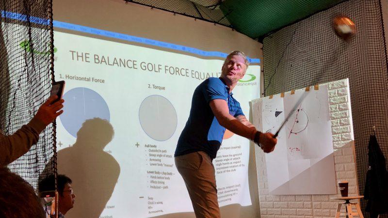 GEN-TENゴルフコースレッスンスイングカタリストセミナーテークバックの説明の写真