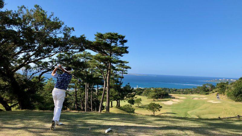 GEN-TENゴルフコースレッスン沖縄キャンプベルビーチGC男性ドライバーショットの写真