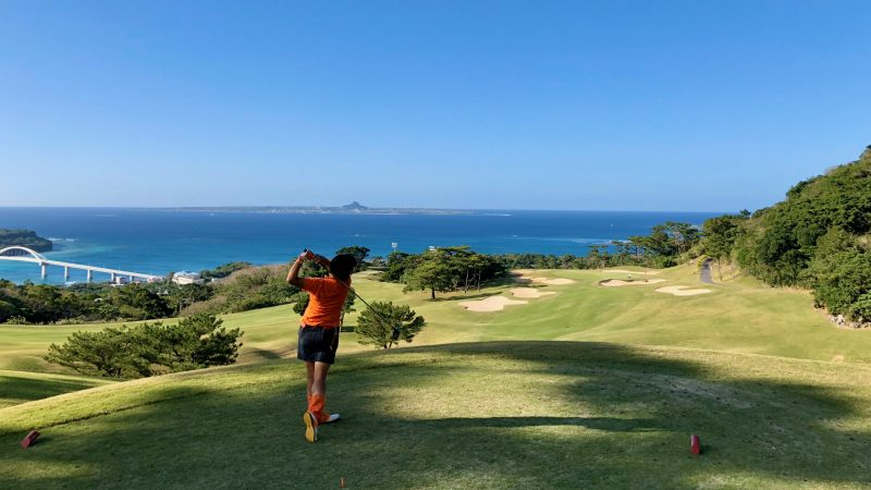 GEN-TENゴルフコースレッスン沖縄キャンプベルビーチGC女性ドライバーショットの写真