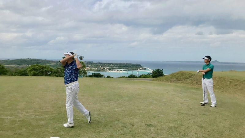 GEN-TENゴルフコースレッスン沖縄キャンプベルビーチGCティショットの写真
