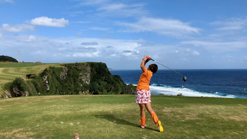 GEN-TENゴルフコースレッスン沖縄キャンプザ・サザンリンクスGC海越えドライバーショットの写真