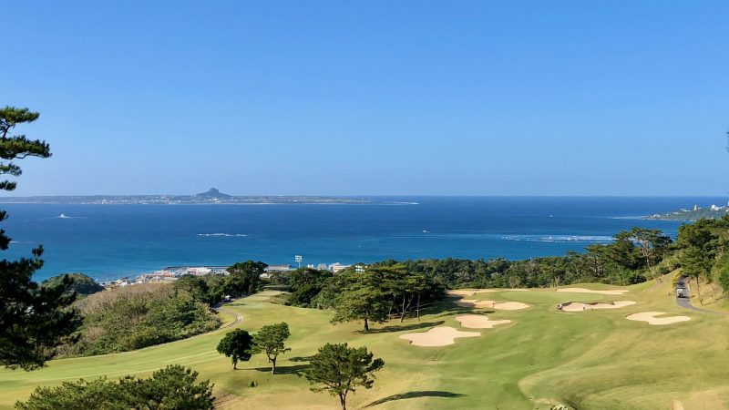 GEN-TENゴルフコースレッスン沖縄キャンプベルビーチGCコースと海の写真