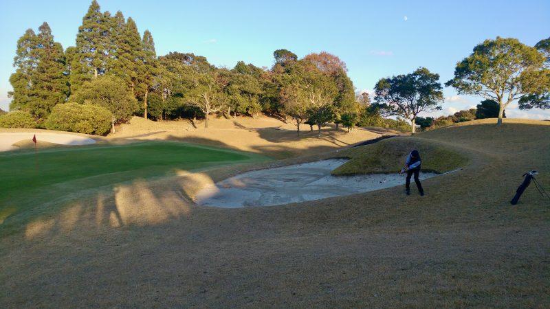 GEN-TENゴルフコースレッスンショートゲームバンカー越え左足下がりアプローチの写真