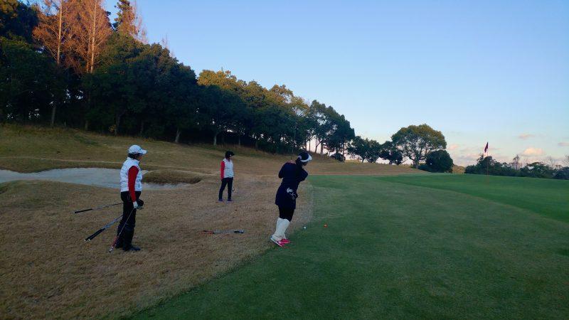 GEN-TENゴルフコースレッスンショートゲーム20y左足上がりアプローチの写真