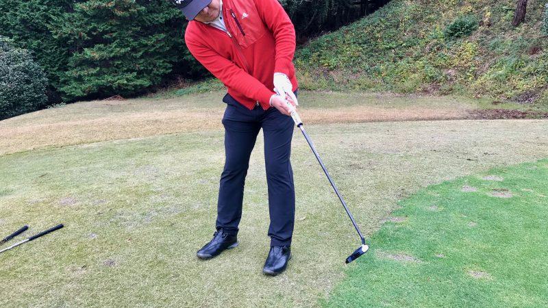 GEN-TENゴルフコースレッスン初心者パットフォロー前方からの写真