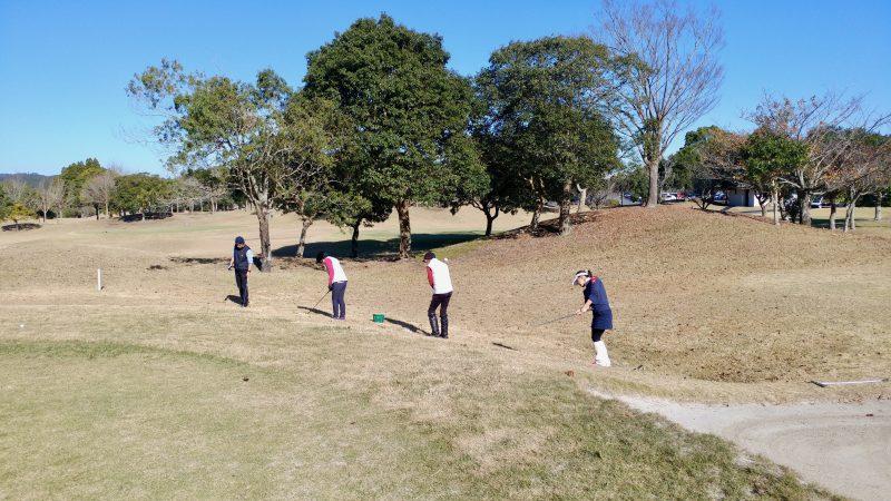 GEN-TENゴルフコースレッスンショートゲーム左足上がりアプローチの写真