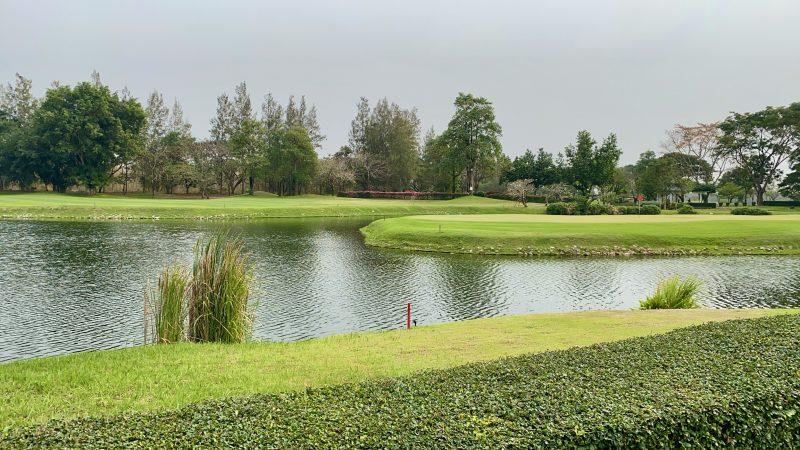 GEN-TENゴルフコースレッスンスプリングフィールドロイヤルCC池とグリーンの写真