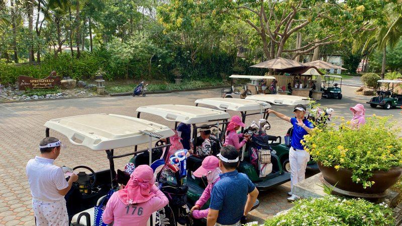 GEN-TENゴルフコースレッスンスプリングフィールドロイヤルCCカートとキャディの写真