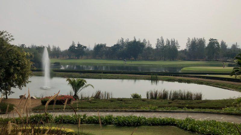 GEN-TENゴルフコースレッスンスプリングフィールドロイヤルCC噴水と池の写真