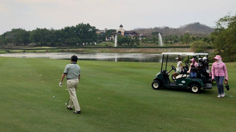 GEN-TENゴルフコースレッスンスプリングフィールドロイヤルCCセカンド地点とカートの写真