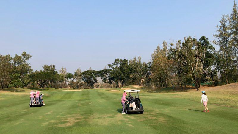GEN-TENゴルフコースレッスンスプリングフィールドロイヤルCCフェアウェイとカートの写真