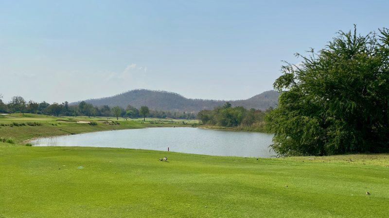 GEN-TENゴルフコースレッスンスプリングフィールドロイヤルCCフェアウェイと池の写真