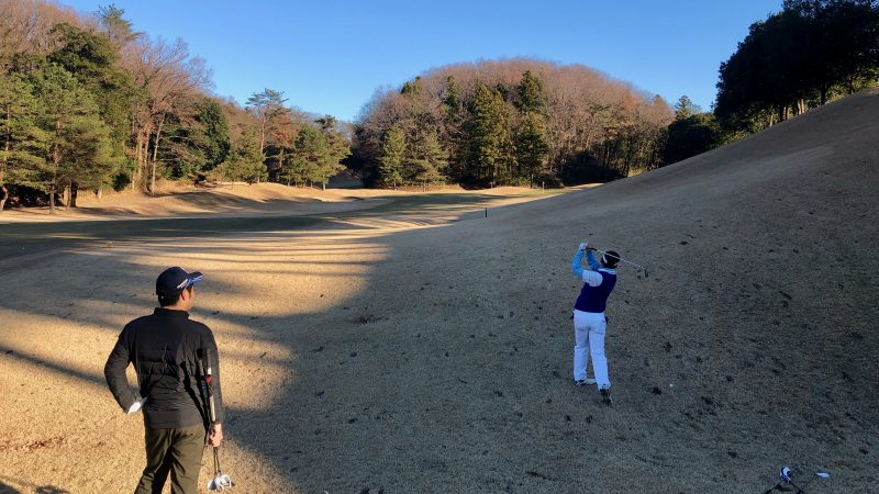 GEN-TENゴルフコースレッスンビギナーレッスンラウンド左足上がりの写真