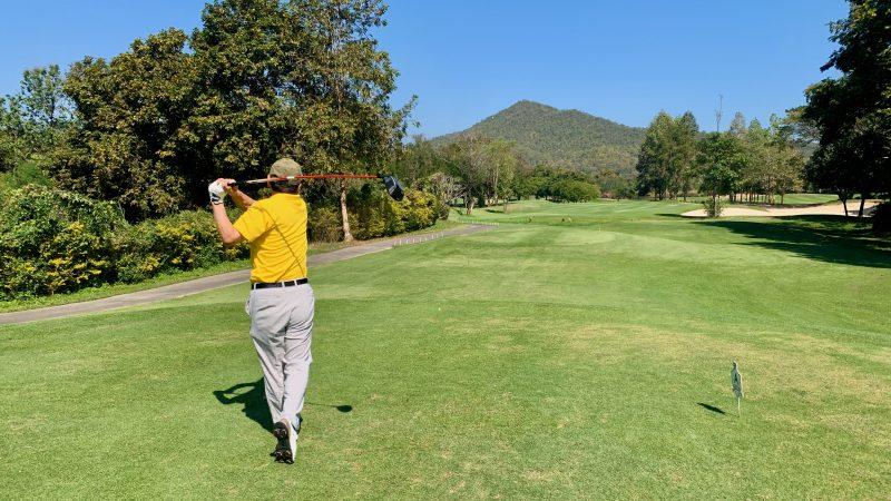 GEN-TENゴルフコースレッスン強化合宿アルパインGRティショット男性の写真