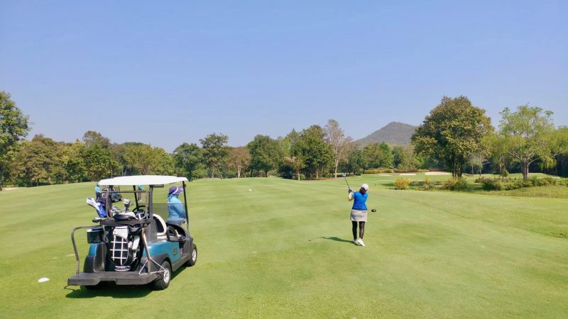 GEN-TENゴルフコースレッスン強化合宿アルパインGRアイアンショットとカートの写真