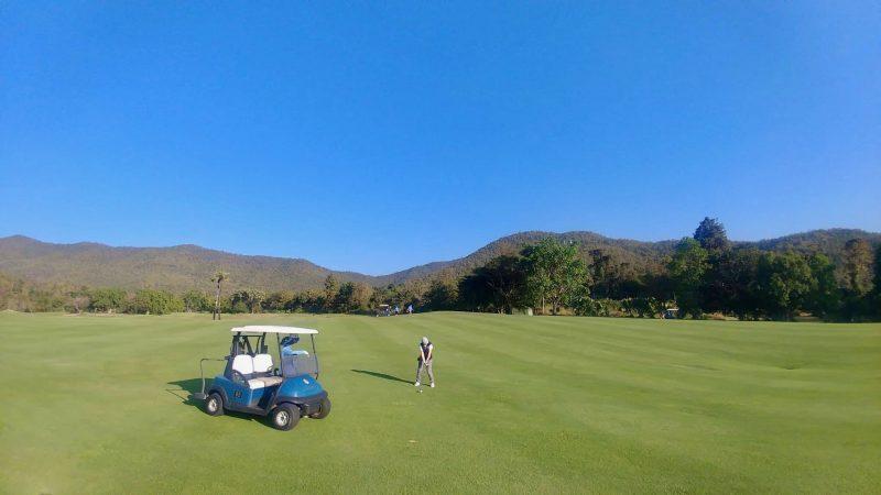GEN-TENゴルフコースレッスン強化合宿アルパインGRフェアウェイとカートの写真