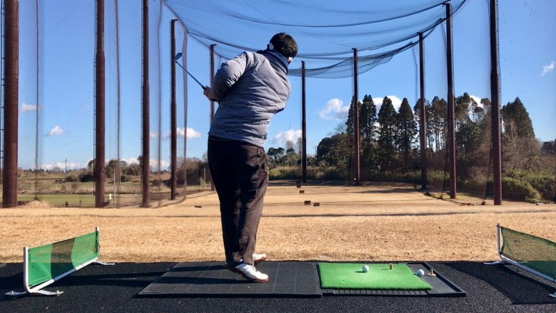 GEN-TENゴルフコースレッスンスライス矯正左肘が引けたフォロー後方からの写真