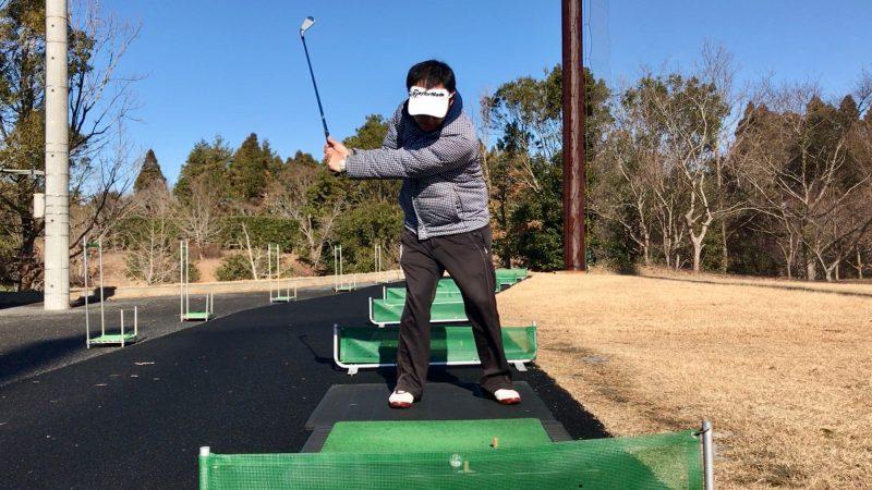 GEN-TENゴルフコースレッスンスライス矯正腰までのバックスイングの写真