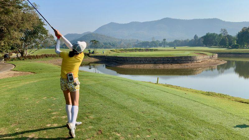 GEN-TENゴルフコースレッスン強化合宿アルパインGR池越えPar3ティショット女性の写真