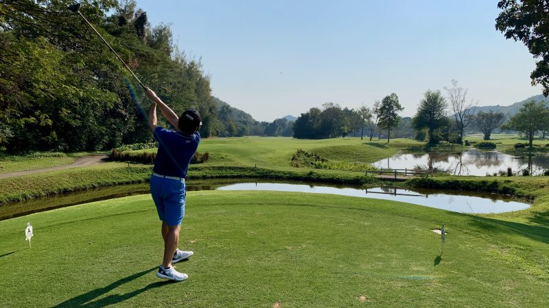 GEN-TENゴルフコースレッスン強化合宿アルパインGRドライバーショット男性の写真