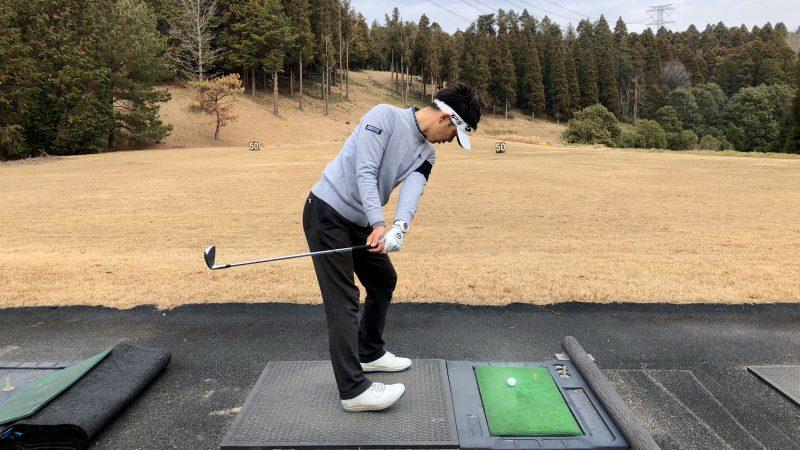 GEN-TENゴルフコースレッスン重心位置インサイドバック右足カカト左足つま先重心の写真