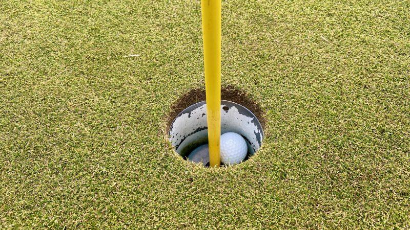 GEN-TENゴルフコースレッスンホールインワンカップとボールの写真